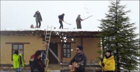 Sanatçılar Kerpiç Evlerin Damında Kar Küredi